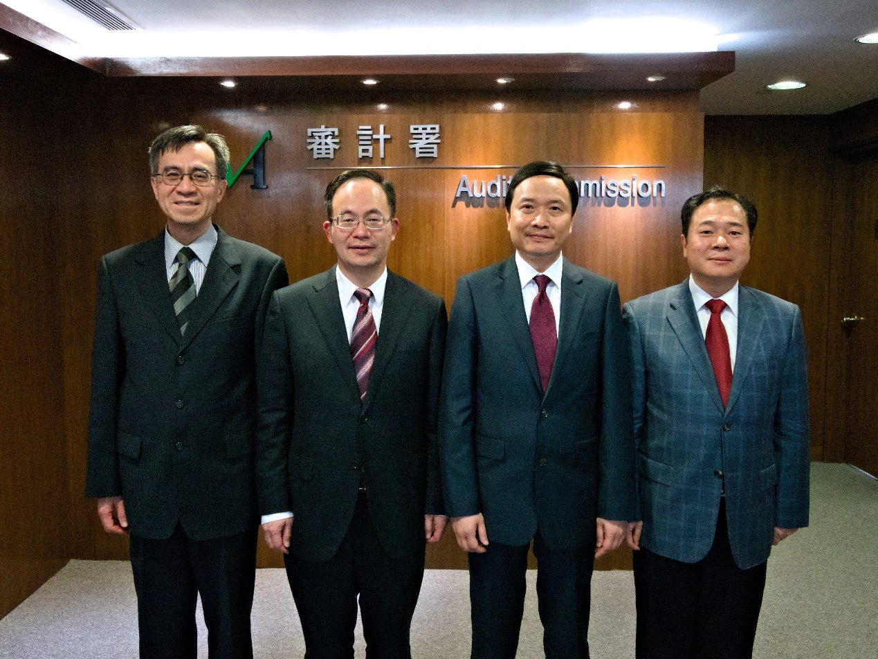 Our Director, Mr Lu Rongchun (second from left),<br> Mr Huang Jianxun (right) and our Deputy Director (left)